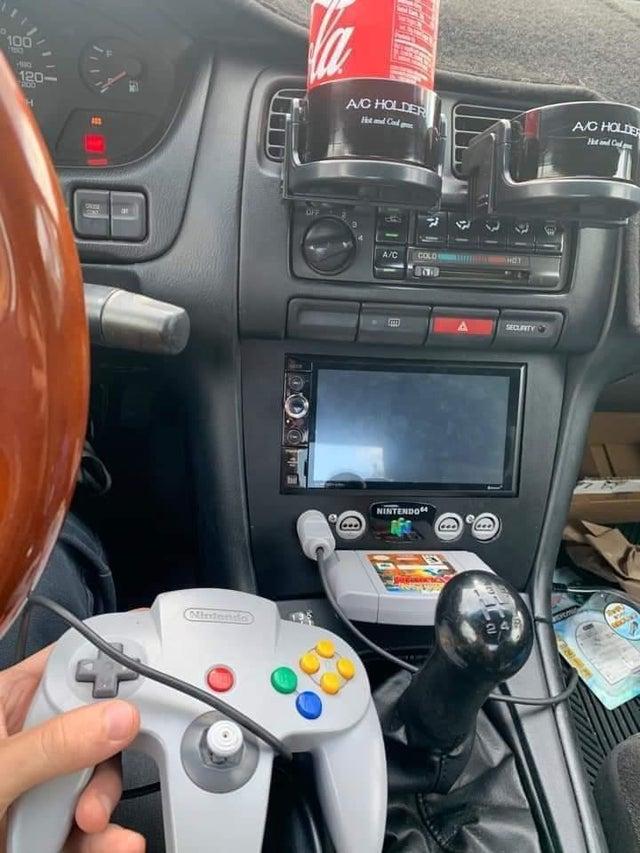 自動車に内蔵!?「NINTENDO 64」を車にビルドインすることに成功!