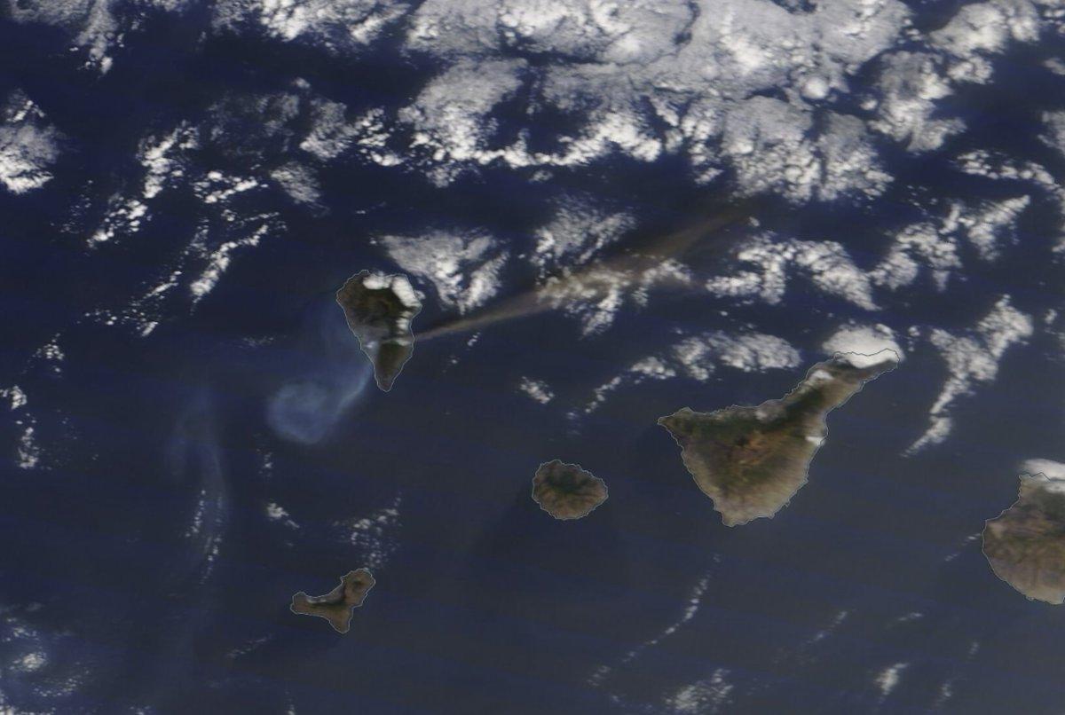 Volcan à La Palma aux Canaries -> Le panache de fumée/cendre d'une centaine de kilomètres était bien visible ce 7 octobre depuis le satellite Terra (Modis) de la Nasa. Image via