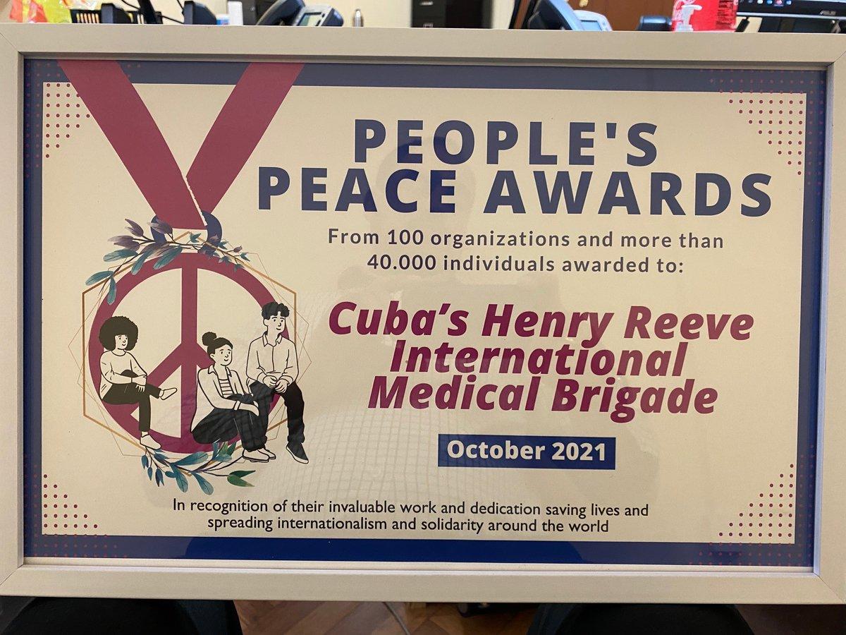 100 organizaciones y + de 40.000 personas otorgaron a la Brigada Médica Internacional Henry Reeve de #Cuba el PEOPLE´S PEACE AWARDS, en reconocimiento a su invaluable labor y dedicación salvando vidas y difundiendo el internacionalismo y la solidaridad en todo el mundo #CubaSalva
