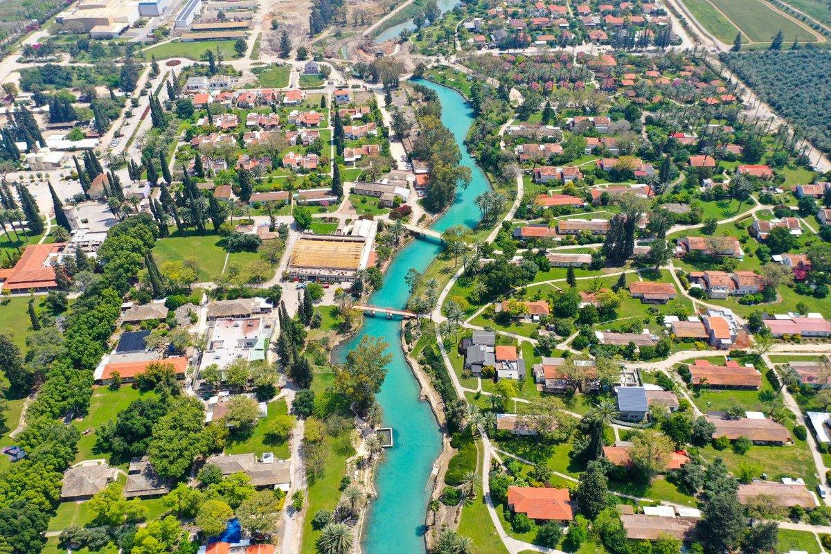 هذه ليست أوروبا.. هذه القرية التعاونية (كيبوتس) نير دافيد في إسرائيل.  …