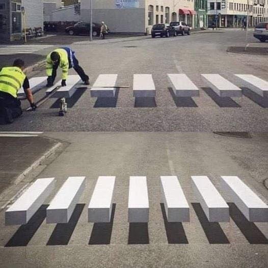 これは凄いトリックアート!減速効果を狙った3D横断歩道!