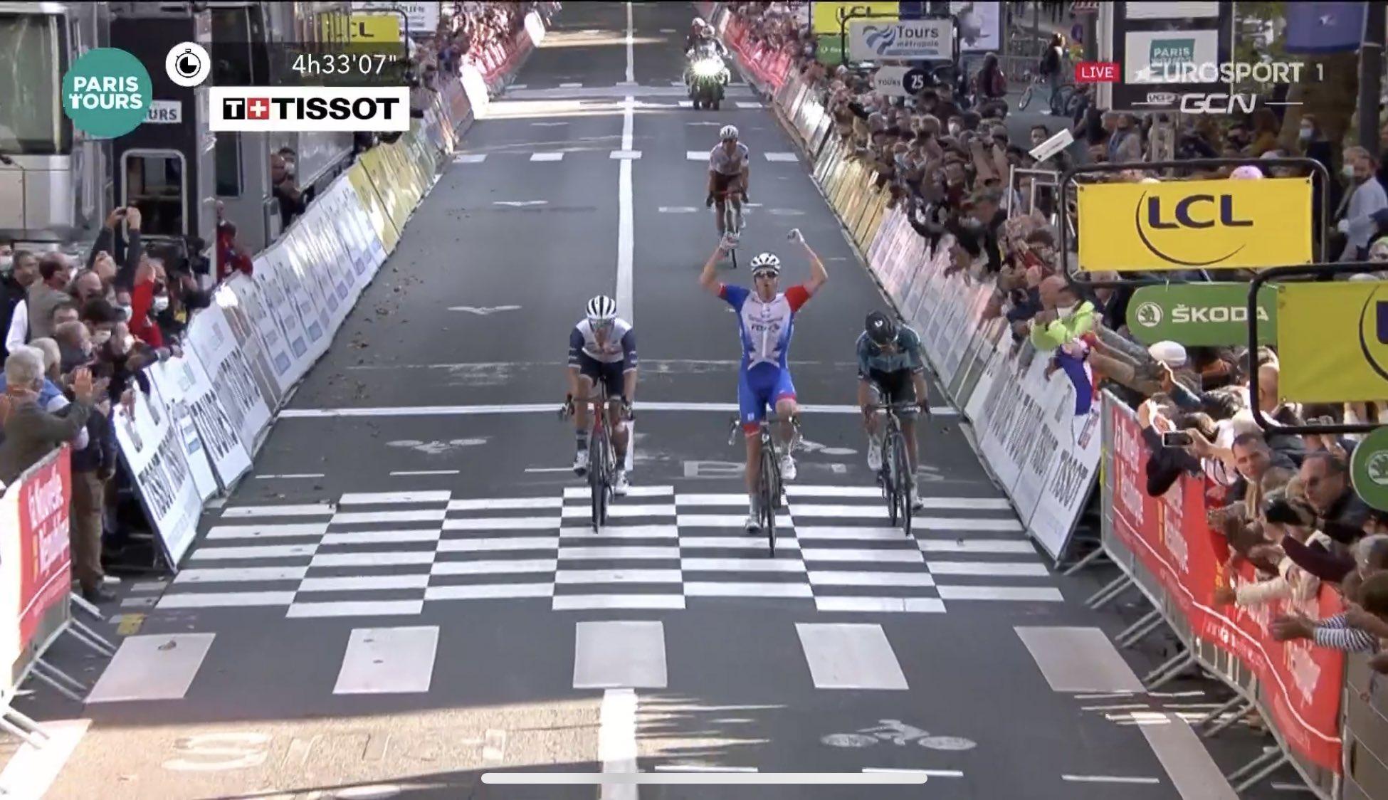 FBWGHXRWYAIpf4c?format=jpg&name=large - Arnaud Démare se lleva la Paris - Tours 2021 con valentía y al ataque