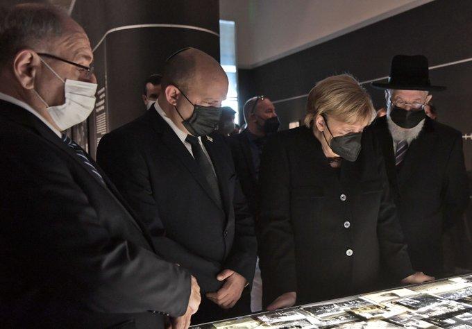 """رئيس الوزراء بينيت زار بصحبة المستشارة الألمانية ميركل مؤسسة """"ياد فاشيم"""" لتخليد"""