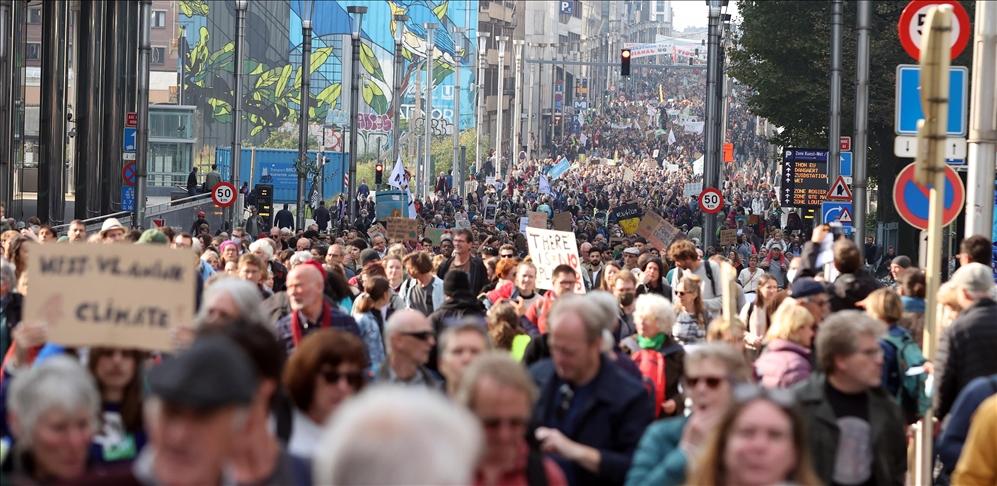 Brüksel'de binlerce kişi, ay sonunda yapılacak Glasgow zirvesi öncesinde iklim değişikliği için yürüdü.