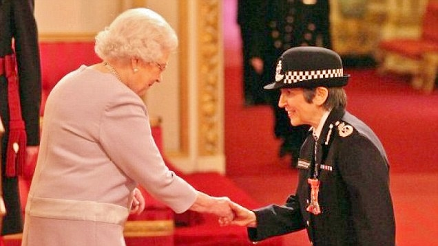Met Police DROP investigation into Prince Andrew in Virginia Giuffre case  Why has Commissioner Cressida Dick refused (for the THIRD time) to investigate Andrew's part in the sex trafficking, pedophilia and sexual blackmail scandal?  Is this photo a clue?