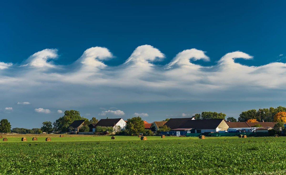Instabilité de Kelvin-Helmholtz bien visible ce 10 octobre près de Vodany en République tchèque ! #kelvinhelmholtz