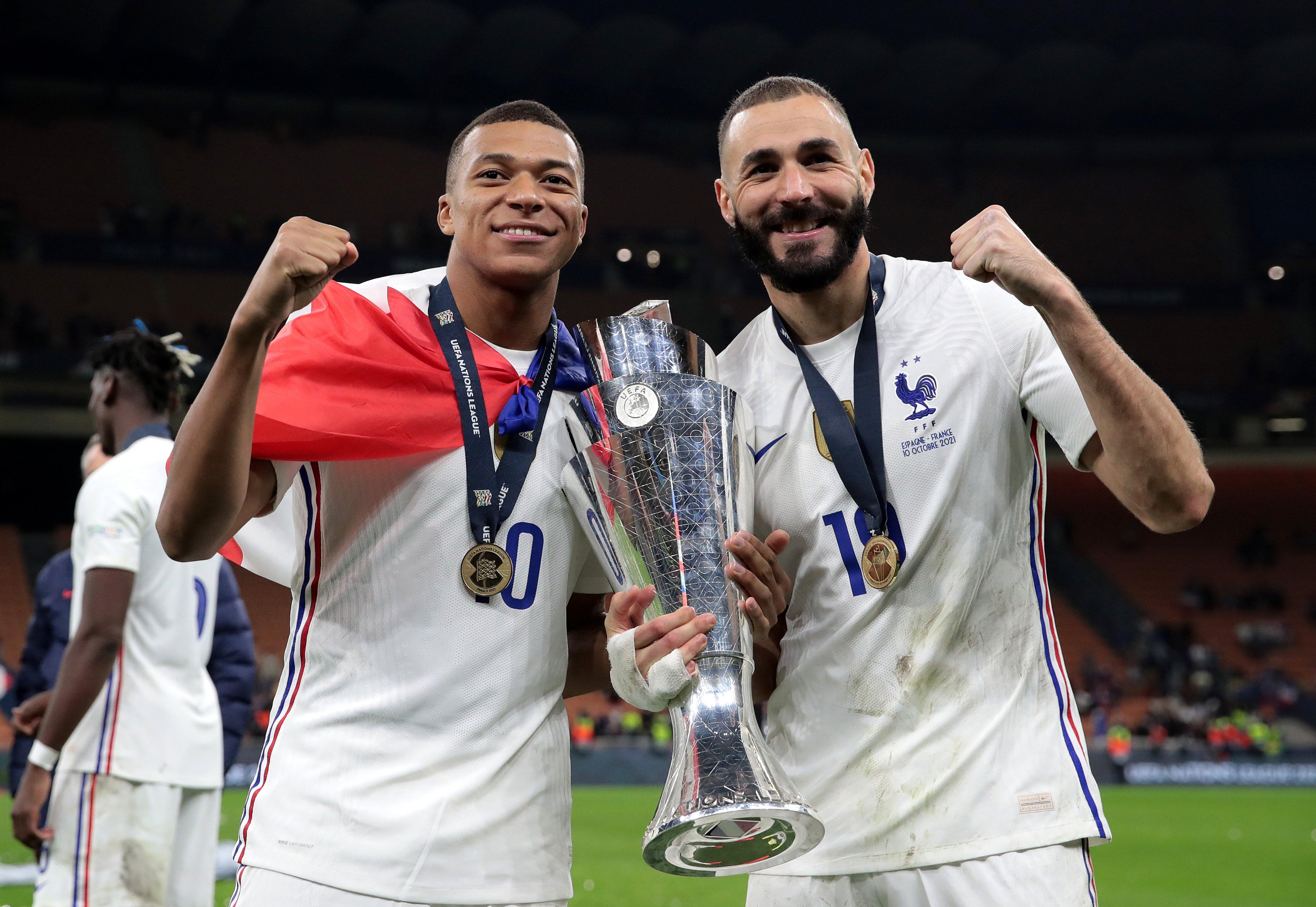 Bintang Perancis, Kylian Mbappe dan Karim Benzema memamerkan trofi UEFA Nations League 2021.