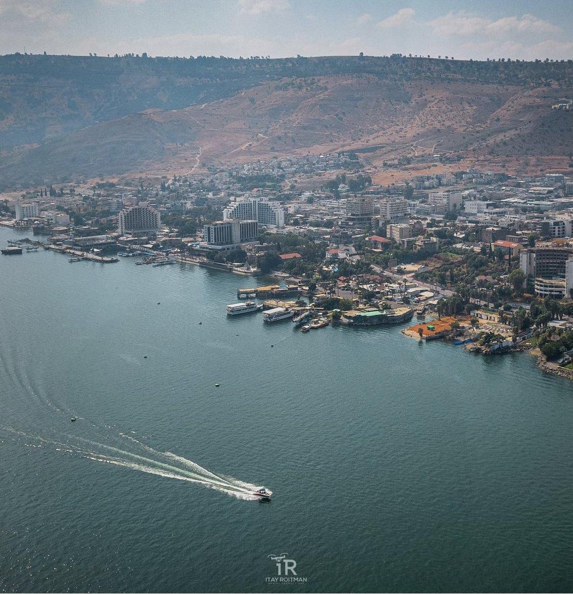 صباحكم خير ورضا من بحيرة طبريا ، اكبر بحيرة حلوة المياة في اسرائيل  انها متعددة الشواطئ وحافلة…