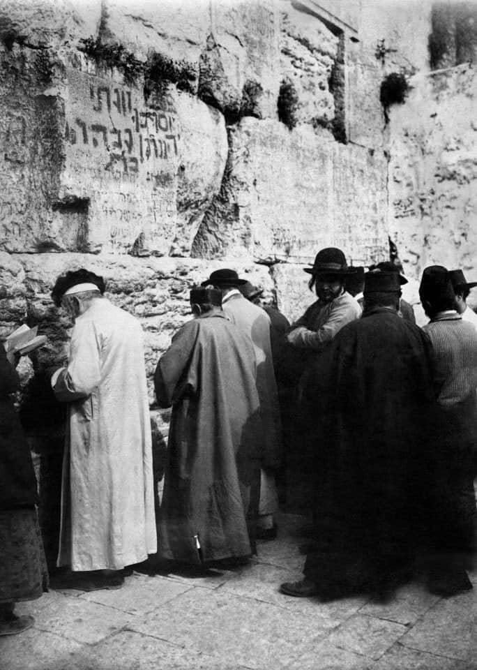 صورة عمرها 90 عامًا ليهود أمام حائط المبكى في أورشليم، عاصمة الشعب اليهودي منذ عهد الملك داود. …