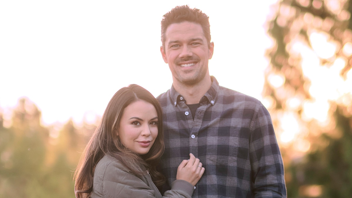 Get ready to #CountdowntoChristmas when @hallmarkchannel airs #CoyoteCreekChristmas starring @RyanPaevey and @JanelParrish, premiering Saturday, October 30. Find out the details. #HallmarkChannel #GH #Christmas LINK: soapoperanetwork.com/2021/10/hallma…