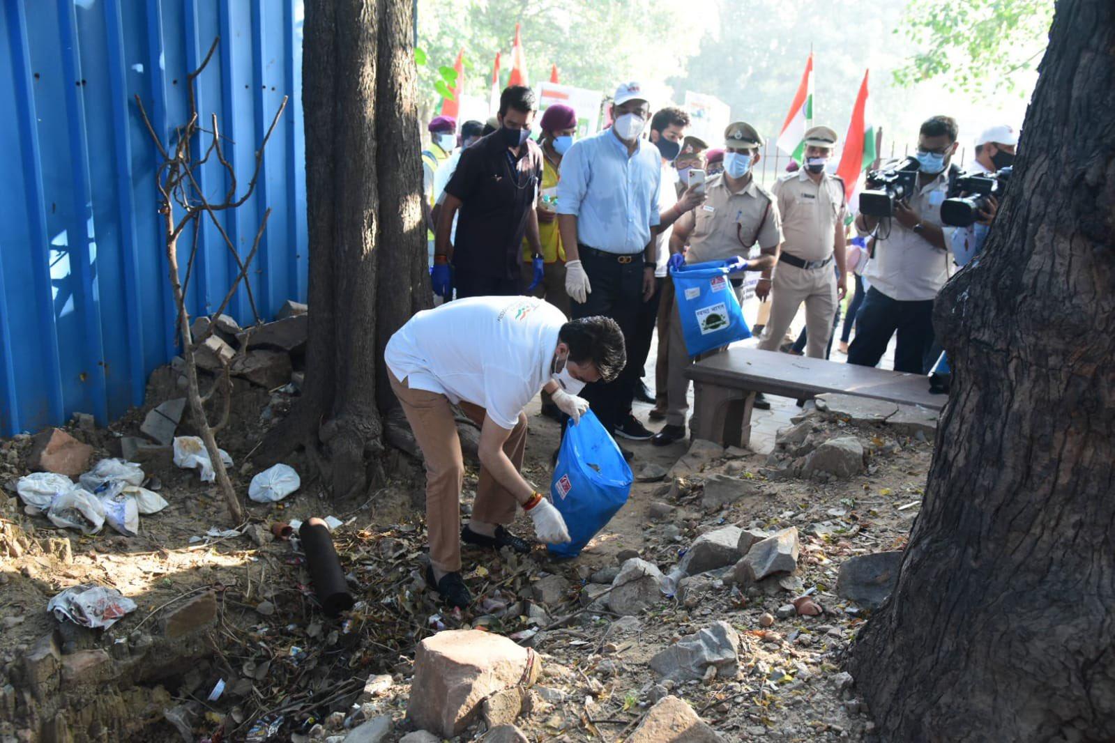 केंद्रीय मंत्री अनुराग ठाकुर ने आज दिल्ली में हुमायूं का मकबरे के परिसर में स्वयंसेवकों के साथ स्वच्छ भारत अभियान में भाग लिया