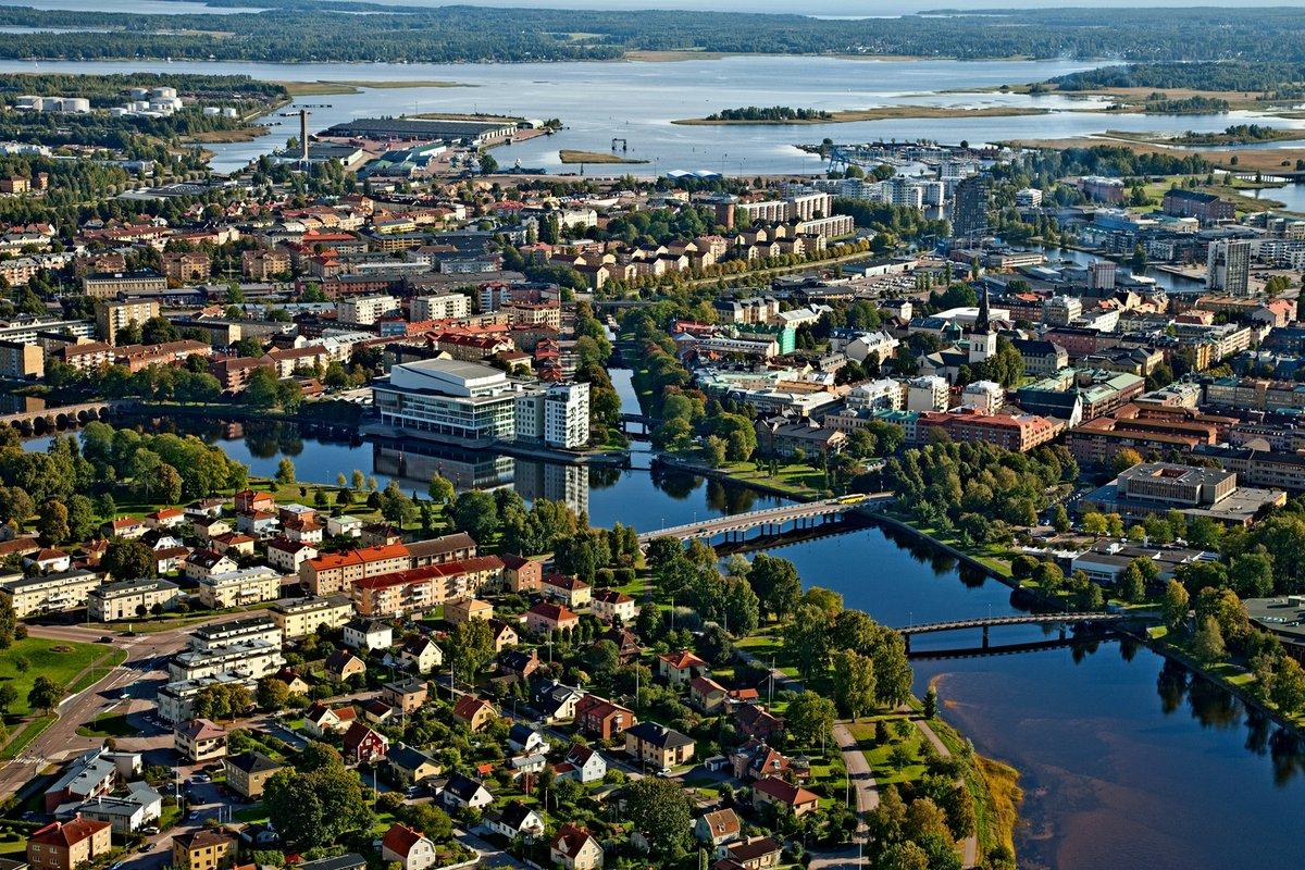 """Grattis Karlstad – Årets Arkitekturkommun 2021! Följt av Örebro (tvåa) och Skellefteå (trea). """"Topptrion har på ett föredömligt sätt utvecklat arkitekturen och lagt ribban högt för att minska sin klimatpåverkan"""", säger Tobias Olsson, förbundsdirektör @SvArkitekter. #arkitektur https://t.co/toh82jSk7Z"""