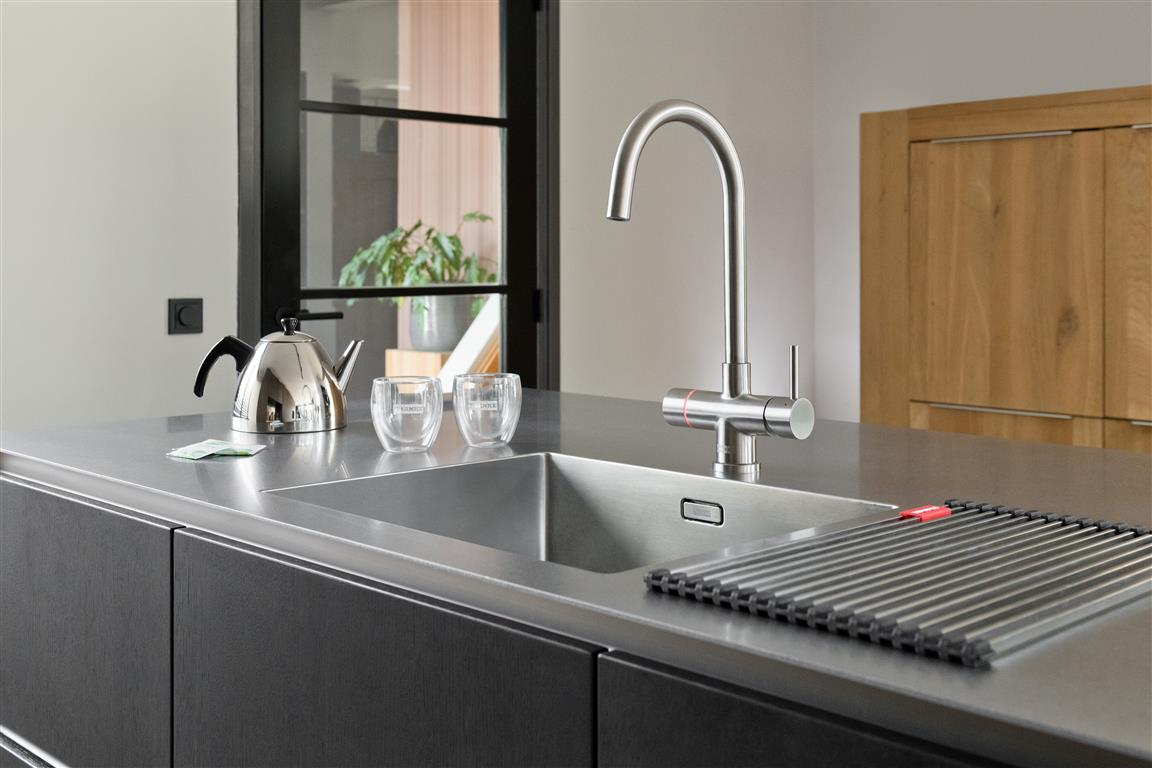 Instant Boiling Water Taps are a kitchen must-have, they save time, energy and water and are a stylish, convenient and space-saving product. So what are the benefits of a boiling water tap compared to a kettle? Find out in our handy blog franke.com/gb/en/hs/frank…