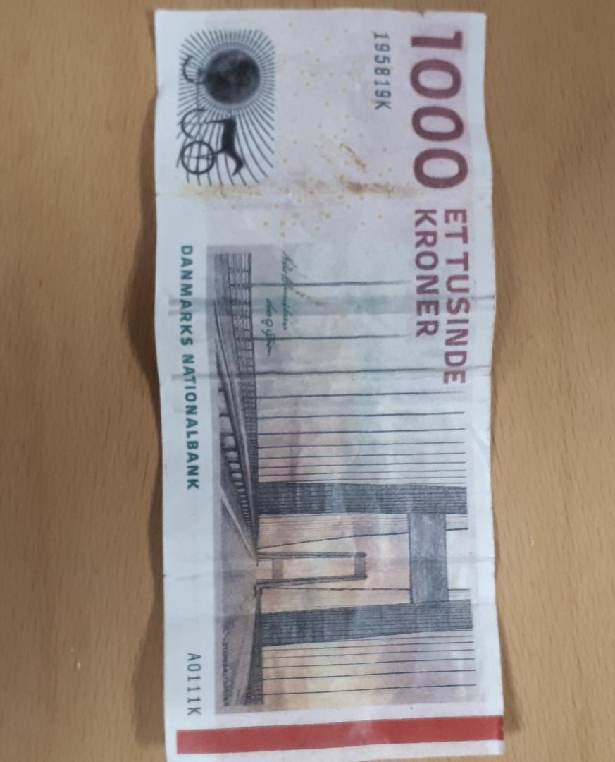 Vi har i dag hentet en falsk 1000 kr. seddel. Vær opmærksom på dårlige vandmærker, sløret tekst eller dårlig papirkvalitet. Vi har hentet denne seddel i Brande i eftermiddag. #politidk https://t.co/p9ay7kyHNA