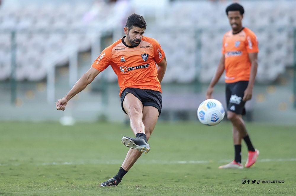 Diego Costa treinou bem durante a semana e pode começar como titular diante do Santos. Foto: Atlético-MG (Twitter)