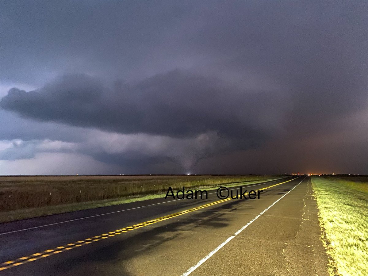 Plusieurs #tornades ont été signalées et photographiées dans l'#Oklahoma ces dernières heures. Photo de l'une d'elle au sud-ouest de #Frederick. @tornado #okwx