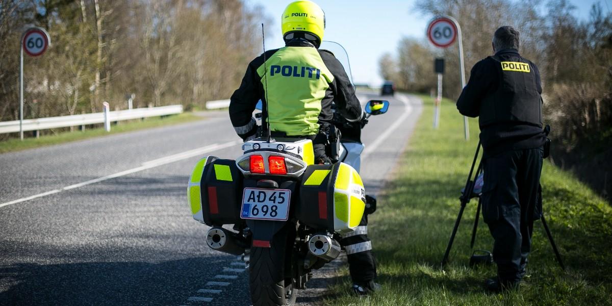 Løft den, løft den, LØFT den så! Det er selvfølgelig speederfoden, vi taler om. Vi holder ekstra øje med jer, der har lidt for meget fart på, så hold øje med fartgrænsen. Hvis ikke for bødens og måske dit kørekorts skyld, så for os andre, der også er på vejene. Vi ses #politidk https://t.co/FgpzsMI9DJ