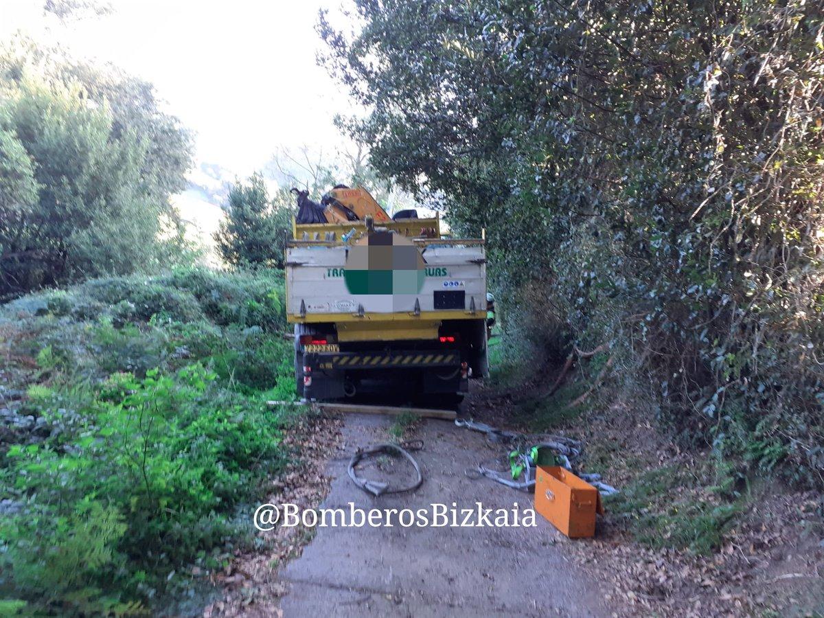 #Barakaldo, camión vuelto a poner en carretera #Bomberos Barakaldo, kamioia…