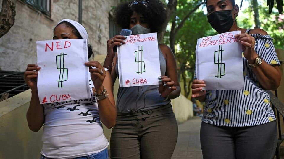 Why should Cuba authorize a protest to overthrow the Cuban Revolution? Not a coincidence that Nov 15, day for these illegal protests is also when Cuba opens up again to tourism 👇🏾check out the Afro-Cuban women photo-bombing press conference of US agent in Cuba #LetCubaLive