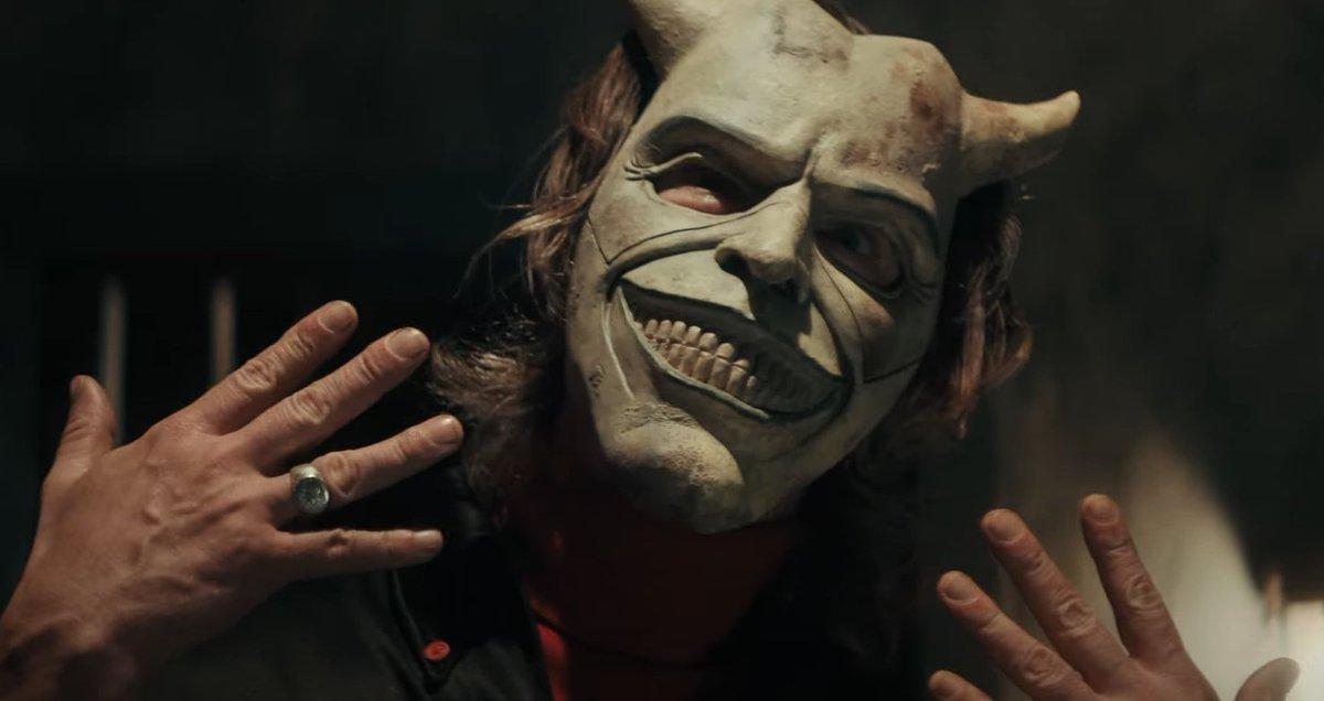 Não fale com estranhos   #EthanHawke é um serial killer mascarado de crianças no primeiro trailer de #OTelefonePreto> https://t.co/LMWKo6kf8Z https://t.co/xYdgoP91ny.