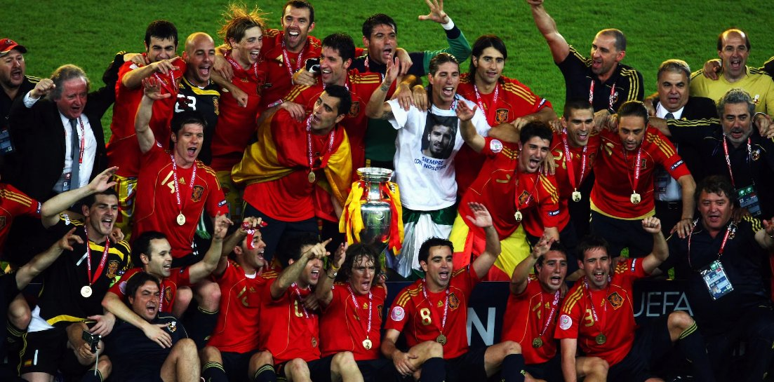 منتخب إسبانيا الفائز ببطولة يورو 2008، تعرف كام لاعب من الموجودين في الصورة؟ 🤔