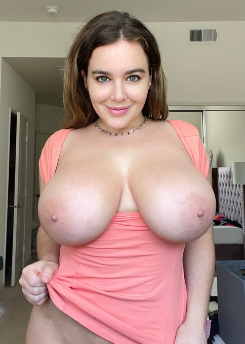 2 pic. Who wants mommy's milk for breakfast?? 🥛🥛  https://t.co/arM5DTrQHH https://t.co/2CEvC09X7S