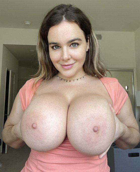 1 pic. Who wants mommy's milk for breakfast?? 🥛🥛  https://t.co/arM5DTrQHH https://t.co/2CEvC09X7S