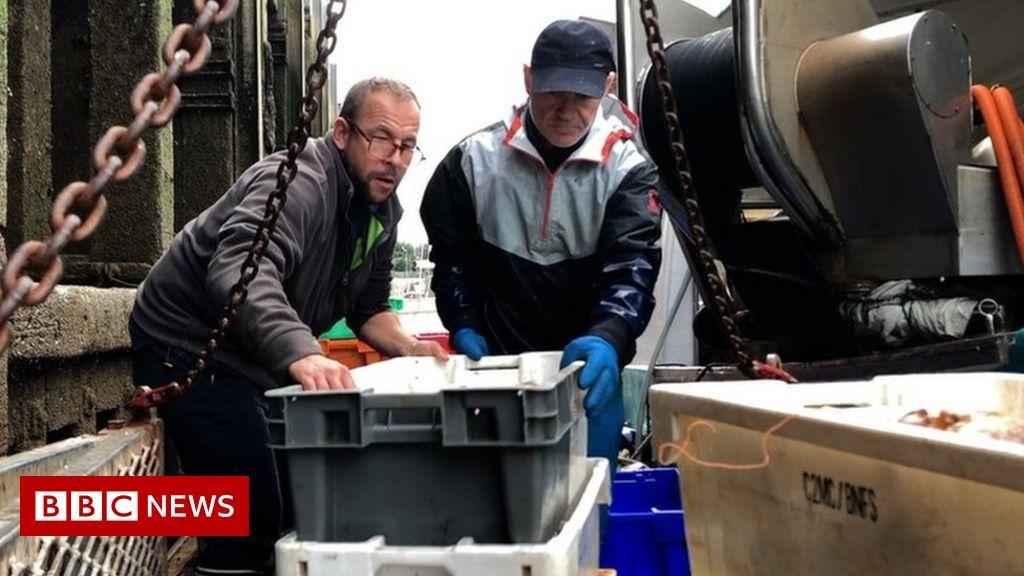 French fishermen warn of blockades in UK licence row