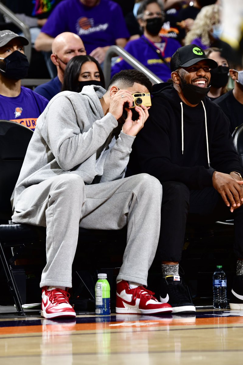 🚨 🎞🚨 Getting reports that NBA All Star Devin Booker has been seen courtside shooting a GOLD CONTAX T2. No doubt D-Book has been influenced by his girlfriend, known T2 shooter - Kendall Jenner.