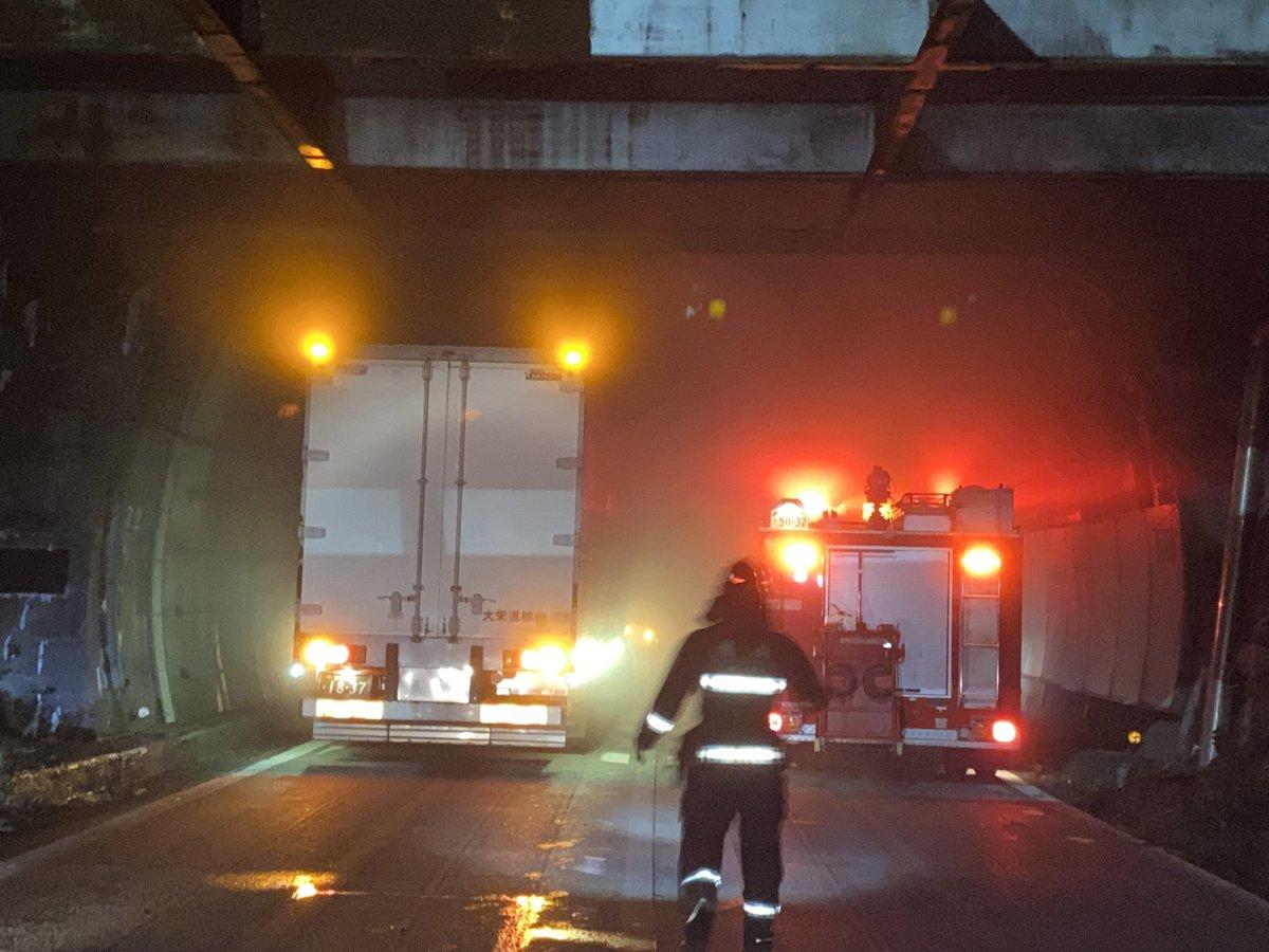 【車両火災】名阪国道 西行 関トンネル付近でトラックが炎上!「おーい名阪国道😅 車両火災通行止めやねんけど 新名神も工事やら、故障車やらで動いてない?え?大阪帰れるこれ?」