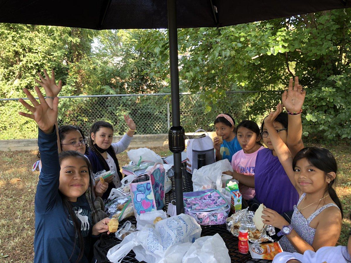 Les étudiants de Barrett sont fous de pizza !!! Et des fruits aussi ! Belle journée pour déjeuner dehors avec des amis aux nouvelles tables de pique-nique @APSlunchrocks #APSLunchRocks @APSVirginia #KWBPride #APSisAwesome https://t.co/K5UWerOwZ0