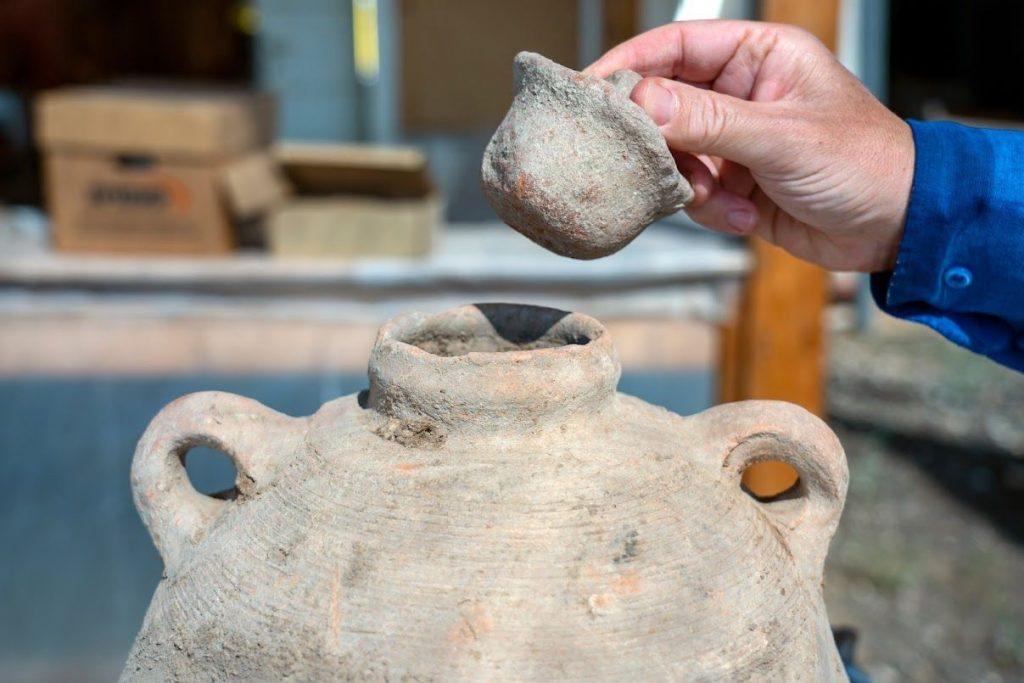 اكبر مصنع للنبيذ عمره 1500 عام  تم اكتشافه وسط إسرائيل يحتوي المصنع على خمسة