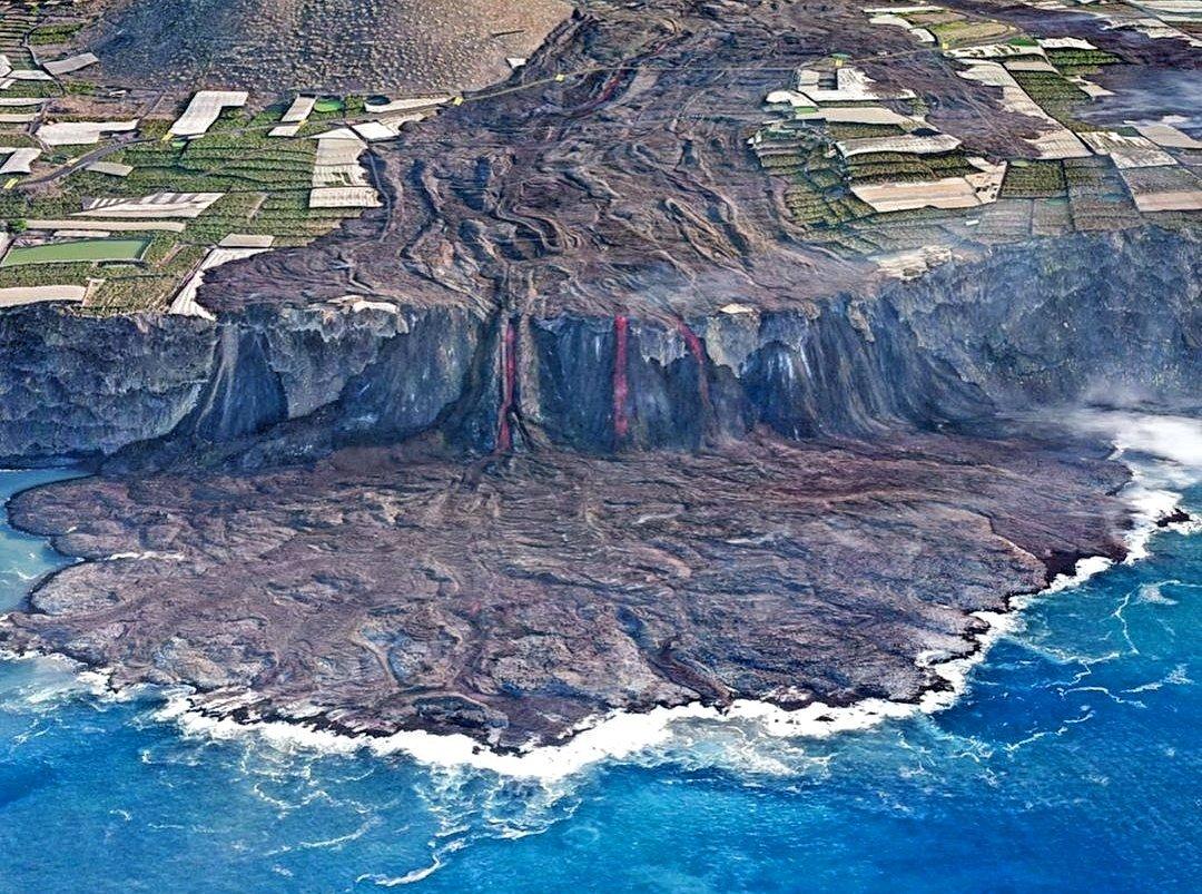 #Volcan de la #Palma vu par drone. Impressionnante photo de la coulée de lave rencontrant la mer. #Canaries #VolcanLaPalma