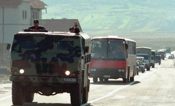 A convoy of Serb police forces pass a checkpoint at the village of Komorane, 30km from Pristina, 15 October,1998. 𝙿𝚑𝚘𝚝𝚘 & 𝙲𝚊𝚙𝚝𝚒𝚘𝚗 𝚋𝚢 𝚂𝚛𝚍𝚓𝚊𝚗 𝚂𝚞𝚔𝚒 /𝙰𝙵𝙿 #KosovoGenocide #KosovoWillNeverForget