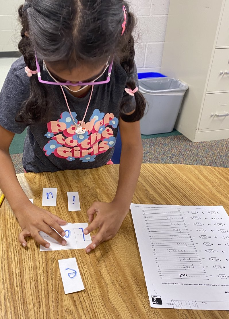 1st grade students practiced making new words by changing the medial vowel <a target='_blank' href='https://t.co/yQ8CddpZSr'>https://t.co/yQ8CddpZSr</a>