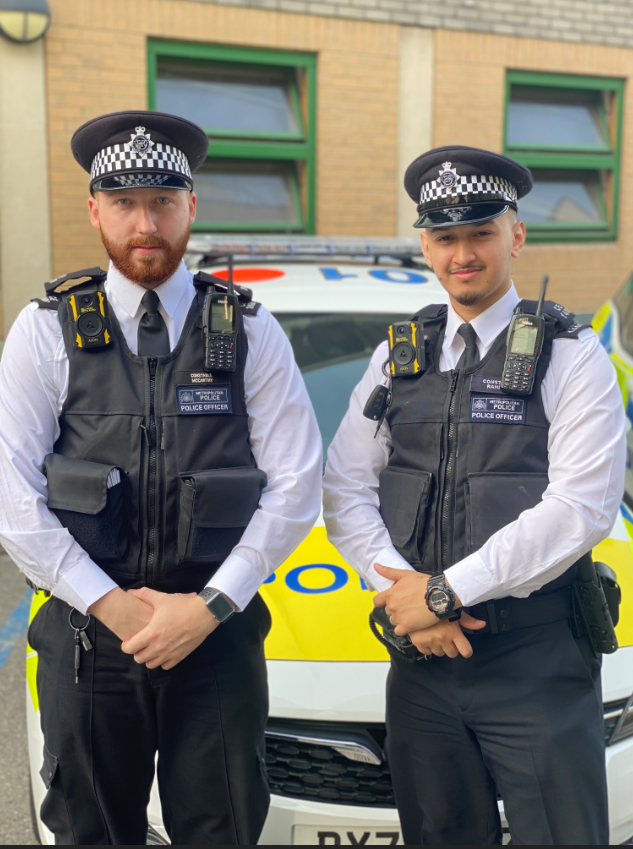 🚔 Hero officers PC McCarthy & PC Rahman delivered life-saving first aid to two men in separate incidents on the same shift in #Hackney. Det Ch Supt Marcus Barnett said: 'I am incredibly proud. They are an example to everyone in the Met.' news.met.police.uk/news/officers-…