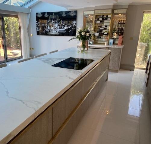 Newly completed @DesignBrandt Wild Oak Veneer kitchen and bar with @Neolith_ Estaturario Silk worktops, @ArmacMartin Longbridge Satin Brass Handles & Brushed Gold @ZipWaterUK Taps 💛 Plus @Miele_GB, @caple, @BORAGmbH, @HotpointUK, @SiemensHomeUK, @BLANCO_UK #kitchendesign #bars