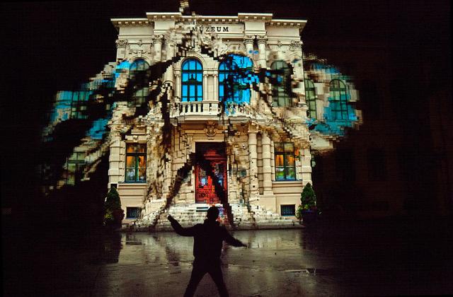 "7/12 – ""Dancing House"" – Klaus Obermaier. Mehr unter: <a href=\""https://t.co/XtUjIsGyVL\"" class=\""link-tweet\"" target=\""_blank\"">https://t.co/XtUjIsGyVL</a> Das #Lichtfestival im #Sauerland. 21.10.-24.10. 👉Alt-Arnsberg #Licht #Kultur #Lichtkultur #Arnsberg #Lightart #Lichtkunst #Digitalisierung #LichtforumNRW Bild: Klaus Obermaier <a href=\""https://t.co/UepIEcChTn\"" class=\""link-tweet\"" target=\""_blank\"">https://t.co/UepIEcChTn</a>"