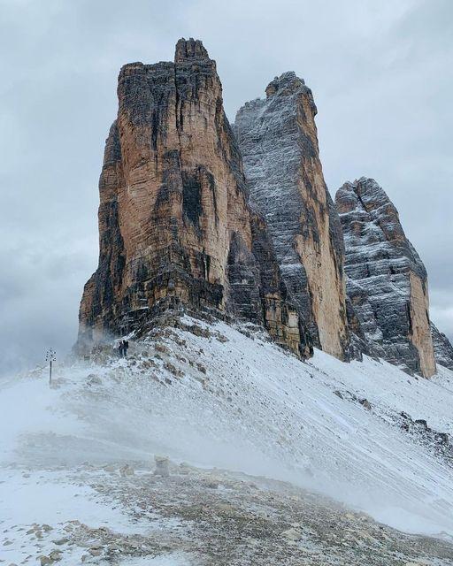 First snow on Tre Cime di Lavaredo ❄️ https://...