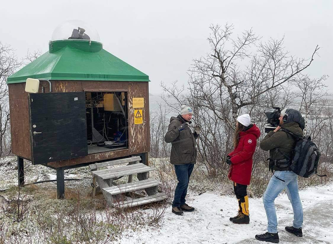 📺🎥 Yesterday, German television visited IRF and one of our measuring stations for aurora, located in Abisko near the lake Torneträsk). Dr. Urban Brändström was interviewed for a documentary about Kiruna and aurora.  #aurora #norrsken #kiruna #abisko #ALIS_4D #auroralresearch https://t.co/YQrkAMFupu