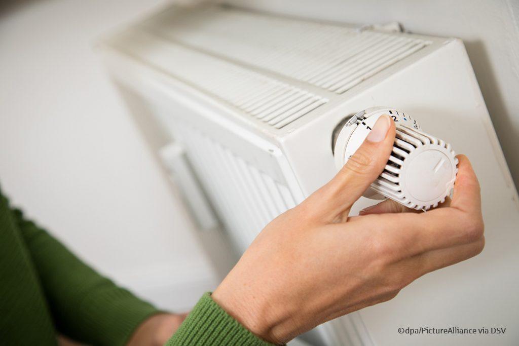 Die Tage werden kühler. In einigen Wohnungen laufen schon wieder die Heizungen. Doch wer heizt, muss auch lüften. Wer dabei einige Tipps beachtet, spart Energie und vermeidet Schimmel an den Wänden. Hier gehts zum Blog-Beitrag: https://t.co/FcHbYtj0Uj https://t.co/RGoIoxX28R