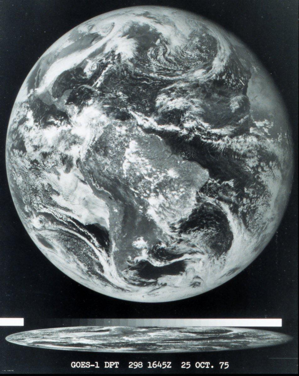 Aujourd'hui est le 46ème anniversaire du lancement du premier #satellite géostationnaire de la #NOAA (GOES-1), qui enverra cette photo complète de la terre quelques jours plus tard. #goes1 #earth