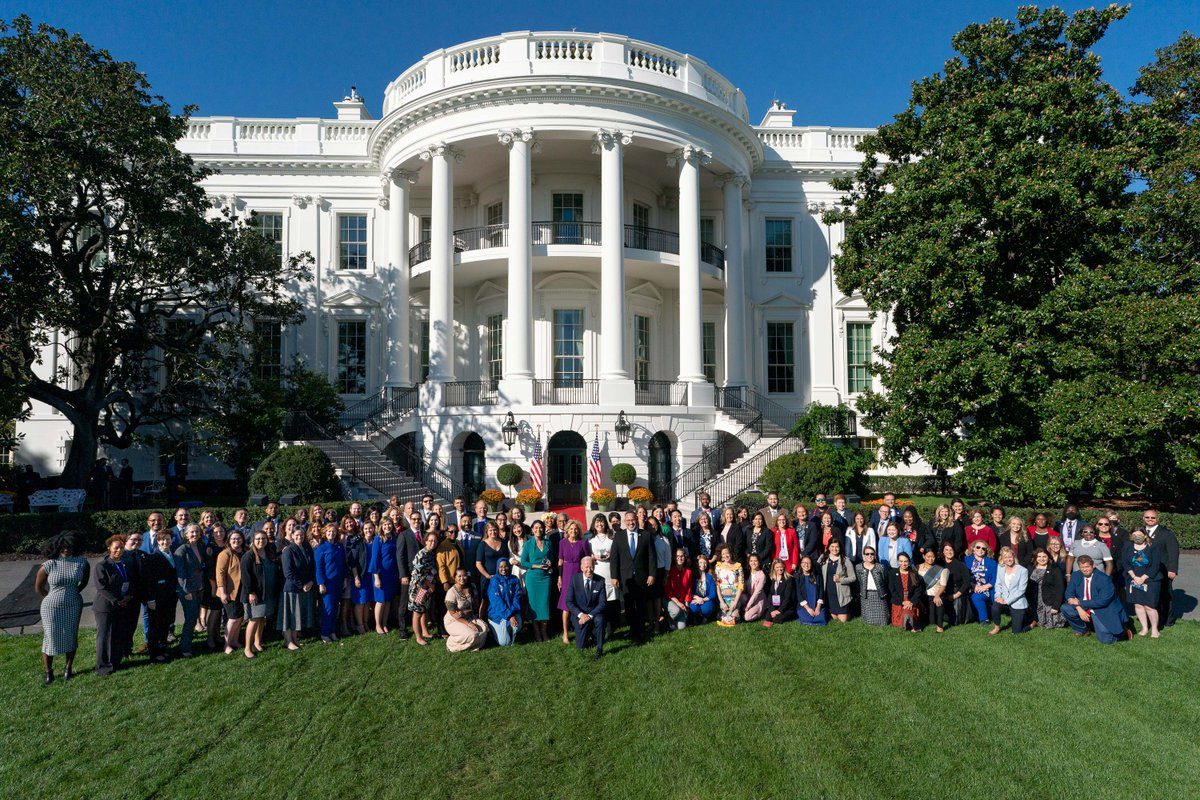 I'm so glad Oregon's 2020 and 2021 Teachers of the Year were able to gather with some of the nation's top educators, including @FLOTUS, at the White House today. Thank you for all that you do for Oregon's students!