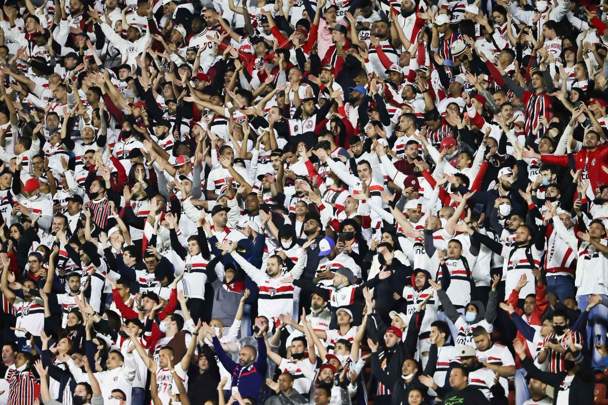 """Torcedor fez presença no Morumbi hoje! """"Toca no Calleri que é gol"""" e muitos """"Ah, é Luciano!"""", foram alguns gritos #MorumbiENM"""