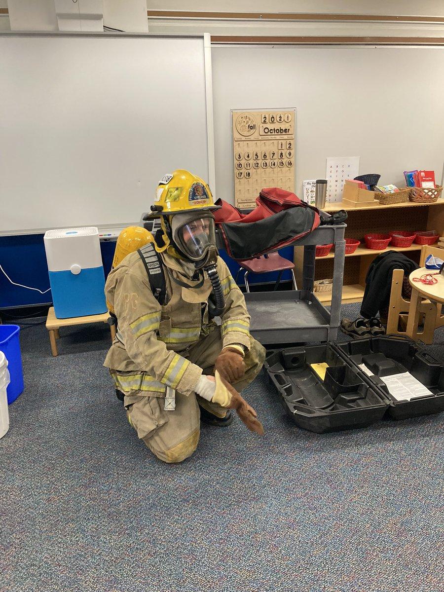 Montessori-Studenten @BarrettAPS lernen von Herrn Ramsey #kwbpride über Brandschutz https://t.co/7o3iki59o5