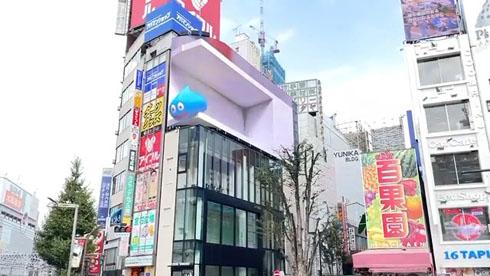 きゃわわ巨大ネコでおなじみ「クロス新宿ビジョン」にドラクエのスライムが! 立体的にぷるぷる動く姿がかわいい