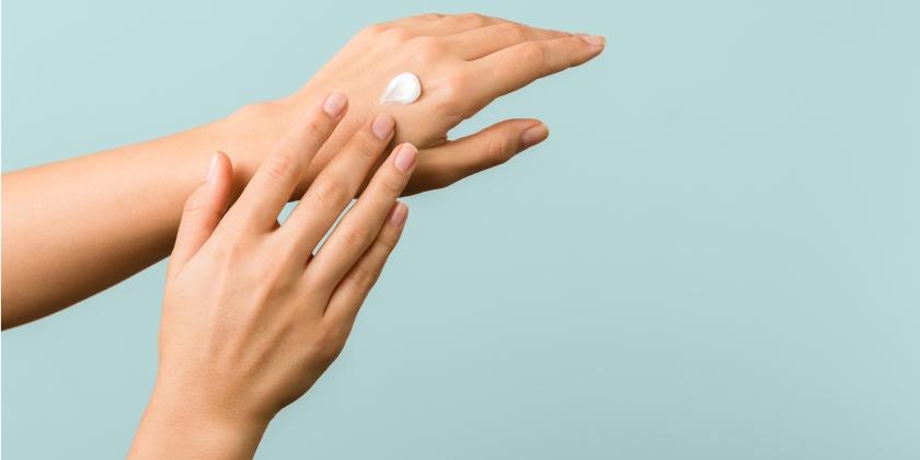 test Twitter Media - ¿Por qué la piel necesita hidratación💦?  ¿Cada cuánto hay que aplicarse crema hidratante🧴? ¿Qué zonas necesitan más hidratación🔎? ✍️🏻@MartaAlcalde1, vocal de Dermofarmacia del COFB, responde en @CuidatePlus a estas y otras cuestiones relacionadas.  👉🏻https://t.co/hMCeMzmZuH https://t.co/3cEo2jpXct