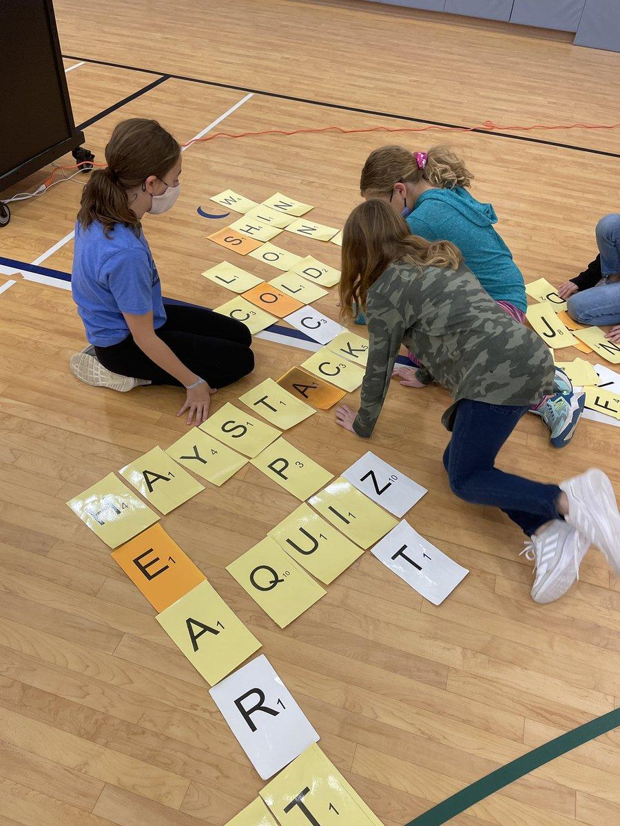 Die 5. Klasse arbeitet während der Scrabble-Staffel zusammen, um ihren Wortschatz aufzubauen! @AbingdonGIFT https://t.co/0gg6g28MYw