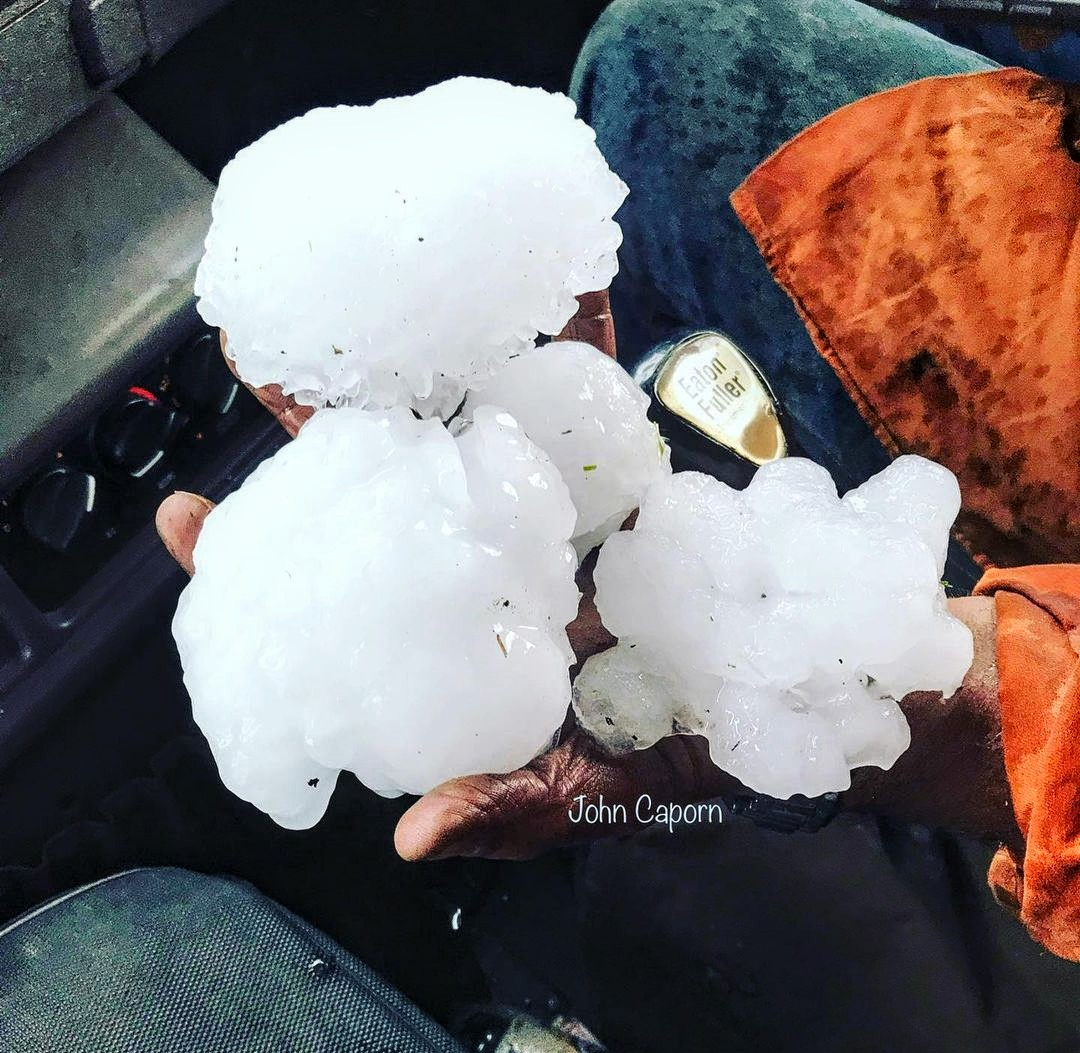 Voici une autre photo des énormes #grêlons tombés ce jour en #Australie. #supercell #hailstorm