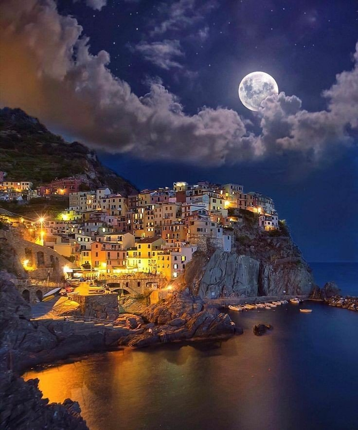 Manarola at sunset and it's magical landscape. Italy 🇮🇹